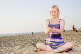 Donna in abito attraversare la sabbia — Foto Stock