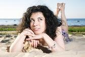 Zamyślona kobieta z ciemnych włosów — Zdjęcie stockowe
