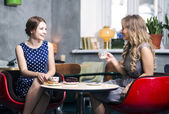Womans fazer diálogo e snile sobre piada — Fotografia Stock