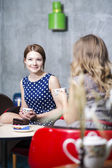 Sorriso de mulher em caffee visto somethink engraçado — Fotografia Stock