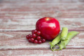 Ripe foxberry red apple and pea pods — Stock Photo