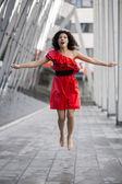 Kvinna i fin blötning våt klänning — Stockfoto