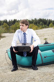 Dressed man sit on boat edge — Stock Photo