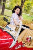 Frau am retro auto auf passanger sitz — Stockfoto