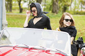 Donne con occhiali scuri dietro il parabrezza auto — Foto Stock