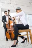 ретро стиль пара музыкантов в студии — Стоковое фото