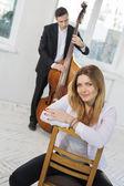 женщина и мужчина с виолончели — Стоковое фото