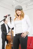женщина на сцене и виолончели — Стоковое фото