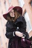Mulher na rua com um grande chapéu de inverno — Foto Stock