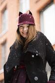 Mulher na rua com um chapéu engraçado de inverno — Foto Stock