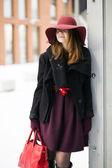 Mulher fora da porta com bolsa vermelha grande — Foto Stock