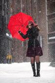Mulher com guarda-chuva aberta na rua — Foto Stock