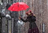 Mulher em dia de inverno com guarda-chuva vermelho — Foto Stock
