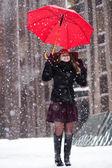 Mulher com guarda-chuva desfrutar de queda de neve na rua — Foto Stock