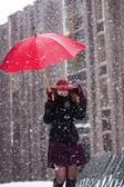 Mulher com guarda-chuva tentar esconder a queda de neve — Foto Stock