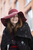 Hat hide woman eye under light snowfall — Stockfoto