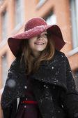 Mulher sob luz neve olhar à esquerda — Foto Stock