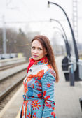 Woman at mottled suit waiting delayed train — 图库照片