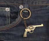 Jeans denim blu scuro con una pistola — Foto Stock