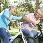 Starší pár, na dětská kola — Stock fotografie #11885943