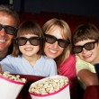 famiglia guardando i film in 3d al cinema — Foto Stock