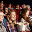 grupo de amigos adolescentes assistindo filme no cinema — Foto Stock