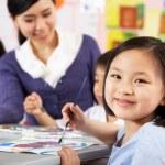 ženské žák těší uměleckou třídu v čínských učebnu — Stock fotografie