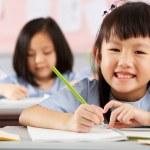 groep studenten werken bij bureaus in chinese school klas — Stockfoto #24442607