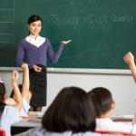 nauczyciel stoi tablica w klasie szkoły chiński — Zdjęcie stockowe
