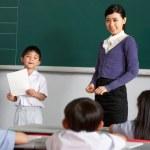 uczeń i nauczyciel stoi tablica w Chińskiej szkoły Klasa — Zdjęcie stockowe