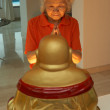 Senior Chinese Woman Praying To Statue Of Buddha At Home - 图库照片