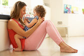 Anne ile kızı evde oturan — Stok fotoğraf