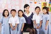 Portait öğretmen ve öğrencilerin çinli okul sınıf — Stok fotoğraf