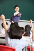 Docente con estudiantes en el aula de la escuela china — Foto de Stock