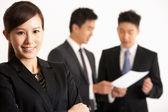 Prise de vue studio d'hommes d'affaires chinois examen du document — Photo