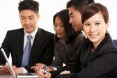 Studio shot van chinese ondernemers met bijeenkomst — Stockfoto