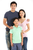Studio shot van chinese familie — Stockfoto