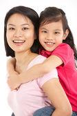 Studio shot van chinese moeder en dochter — Stockfoto