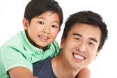 Studio skott av kinesiska far och son — Stockfoto