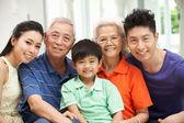 Portrait de famille chinoise multi-génération ens à l'end de détente à la maison — Photo