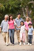 走在公园诗作多代中国家庭的肖像 — 图库照片
