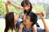 Chinoise fille donne famille monter sur les épaules dans le parc — Photo