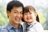 Portrét čínského otce s dcerou v parku — Stock fotografie