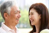 портрет китайского отца с взрослой дочерью в парке — Стоковое фото