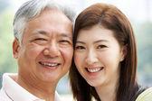 Retrato de padre chino con hija adulta en el parque — Foto de Stock