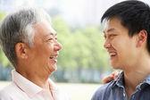 Portrait d'un père chinois avec un fils adulte dans le parc — Photo