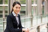 Ritratto di donna d'affari cinese fuori ufficio — Foto Stock