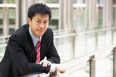 Ritratto di uomo d'affari cinese fuori ufficio — Foto Stock