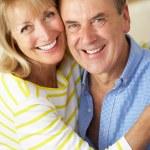 屋内で年配のカップルのロマンチックな肖像画 — ストック写真