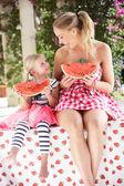 Mãe e filha a saborearem fatias de melancia — Foto Stock